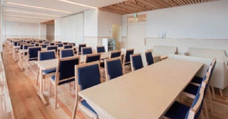 秦野斎場の待合室。1Fと2Fに計8室。40名収容(うち1室は42名収容)と十分な広さがある