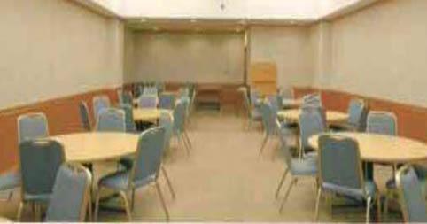 臨海斎場内、火葬時の待合室。9つの円卓、54席の座席を備えている