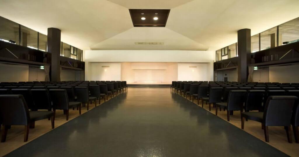 青山葬儀所の葬儀式場の内観。300名の参列者を収容できる椅子席、祭壇がある