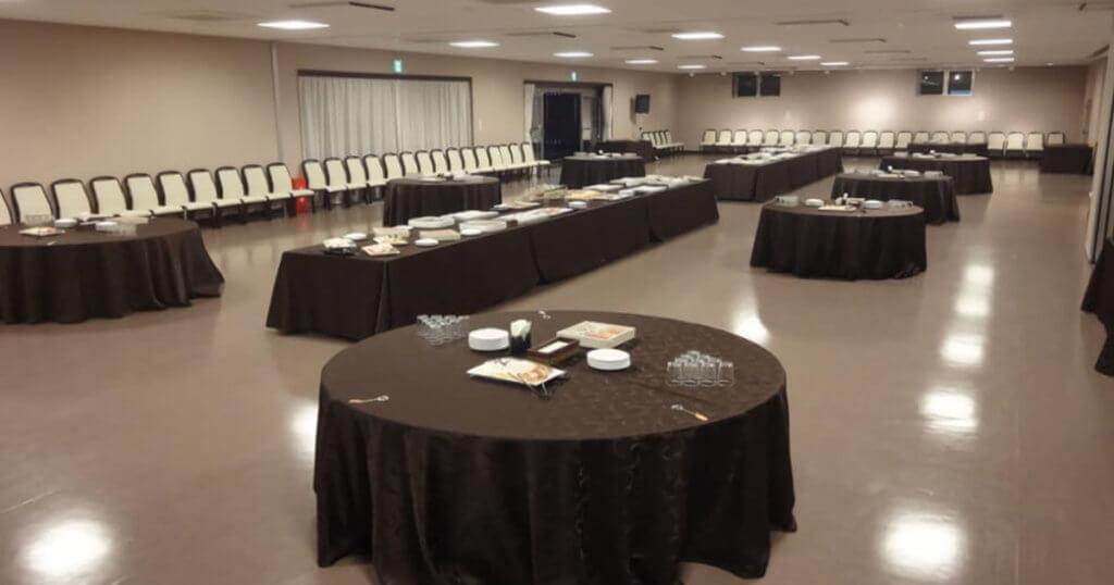青山葬儀所の待合室の内観。常時300席分のイスが用意されており、大規模な葬儀の懇親会場としても利用できる