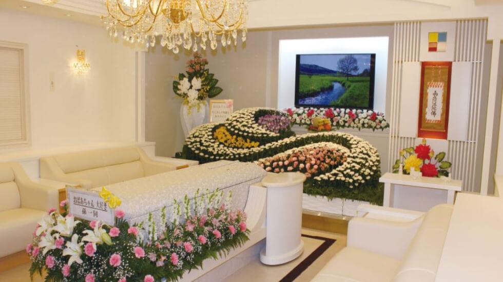 松原メモリアルホールの葬儀式場「家族葬式場」の内観。最大15名まで参列できる小規模な葬儀ホール