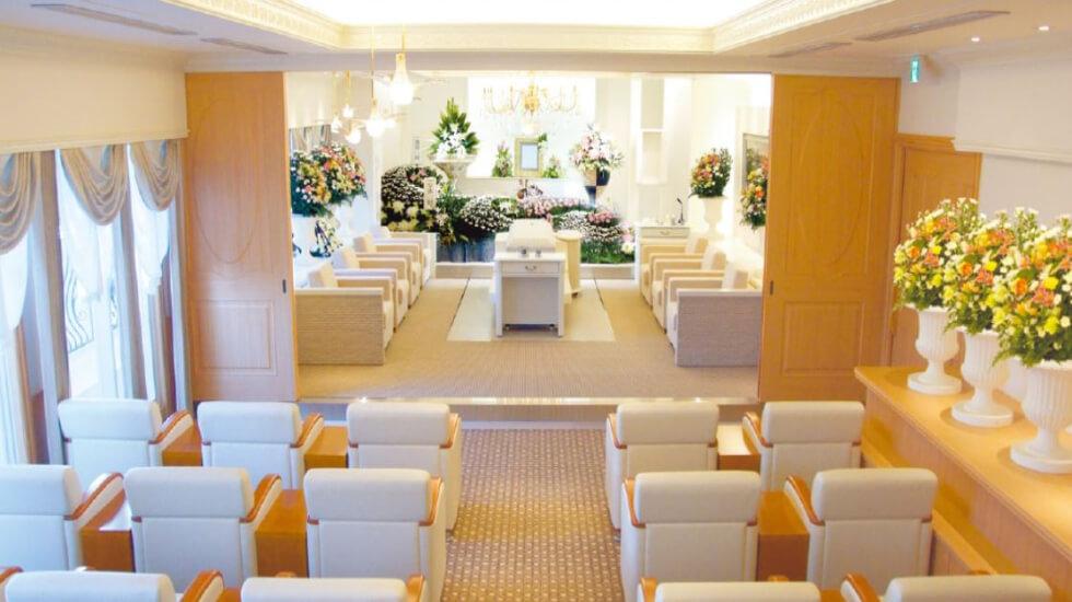 松原メモリアルホールの葬儀式場「家族親族葬式場」の内観。最大35名まで参列できる広さで、見届け席・見送り席が用意されている