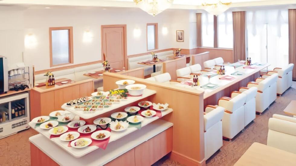松原メモリアルホールのプライベートラウンジ。精進料理を振る舞う場で、ビュッフェスタイルでの料理の提供が多い