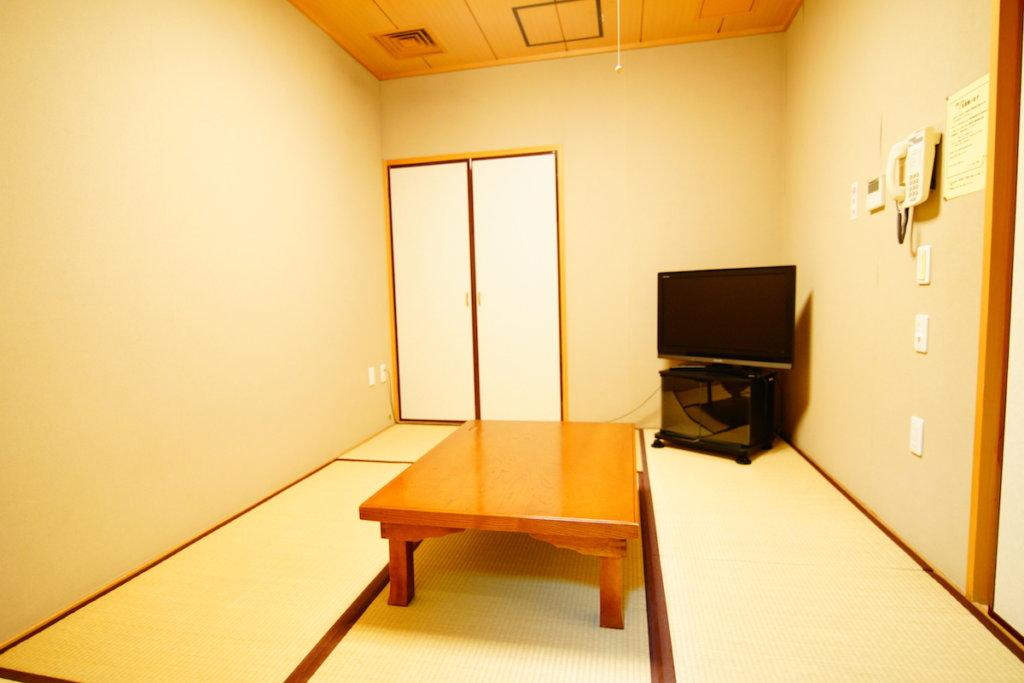 セレモニー目黒の和室の控室「椎」「銀杏」の内観写真。和室6畳の親族控室と、和室3畳の僧侶用の控室がある