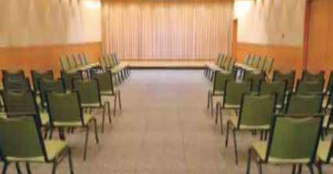 臨海斎場の葬儀式場。着席で70名が参列できる座席数が用意されている