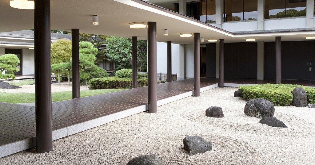 青山葬儀所の中庭・回廊。枯山水をイメージした和の庭園で上品な雰囲気