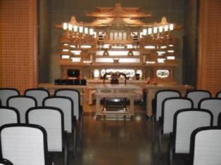 つくばメモリアルホールの大式場の内観。参列者120名を収容できる広さがある