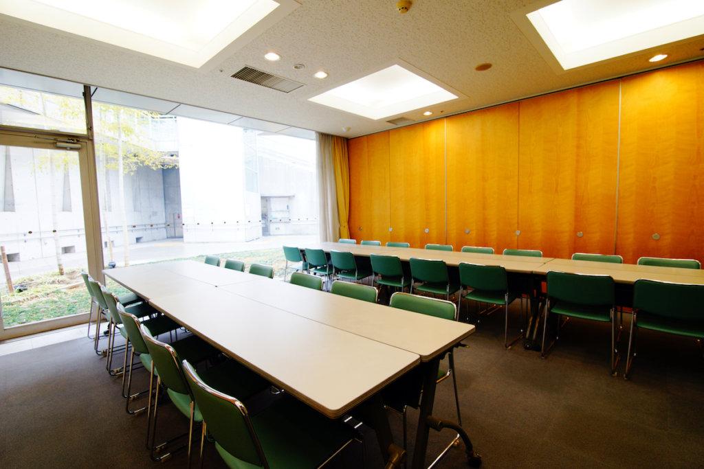 セレモニー目黒の洋室の控室「椎」「銀杏」の内観写真。30名ほどを収容できる広さがあり、中庭を見渡せる