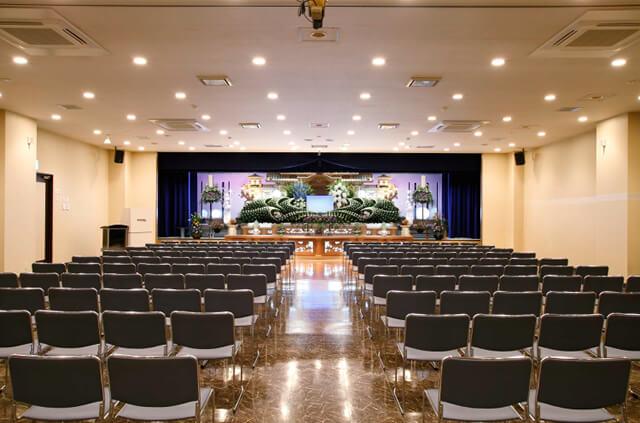 やわらぎ斎場清田の1階にある葬儀式場。最大350名を収容できる広さがある