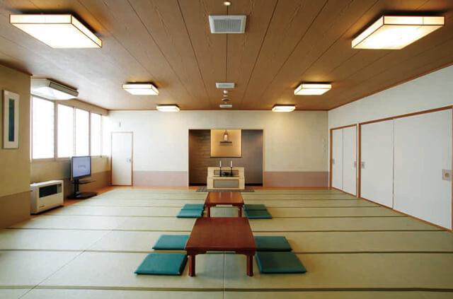 やわらぎ斎場清田の親族控え室。バスルームや洗面台、トイレ、キッチンが完備されている。