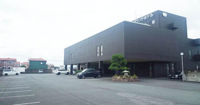 法隆寺グランドホテルの駐車場。250台の車を収容できる広さがある