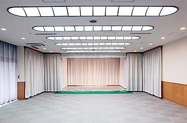 なぎさ会館2階内の葬儀式場「磯風の間」と「千鳥の間」。60名を収容できる広さがある