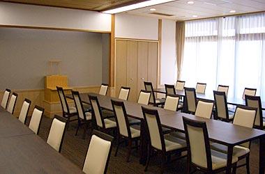 なぎさ会館内の親族控室の写真。イスとテーブルが完備されている