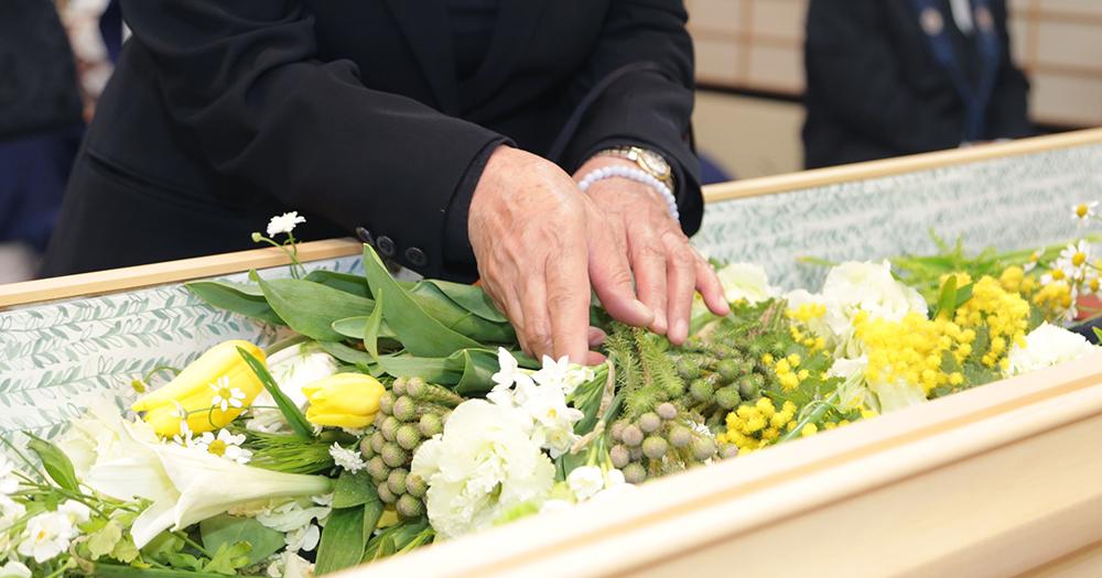 出棺のイメージ写真。故人を花で飾りお別れの時間を過ごす