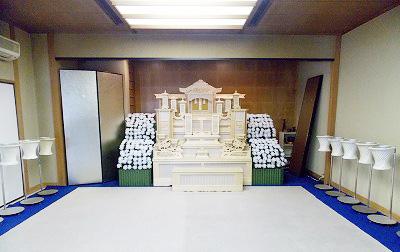 四日市市営北大谷斎場の式場3の内観。15畳敷きの和室で少人数の家族葬を行うのに適した広さ。遺族控室として9畳の和室が併設されている