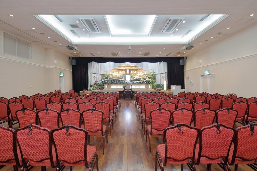 メモリード典礼会館の葬儀式場の写真。最大定員300名という大規模なホール