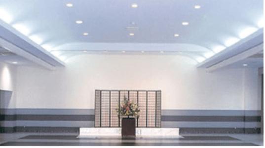やすらぎ都民斎場の大ホールの内観。72坪と広々としたスペースで大規模な社葬などに利用されることが多い