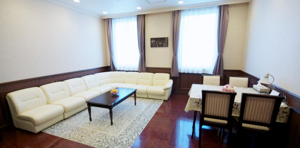 橋本総合ホールの親族控室。シャワー付きバスルームを完備している