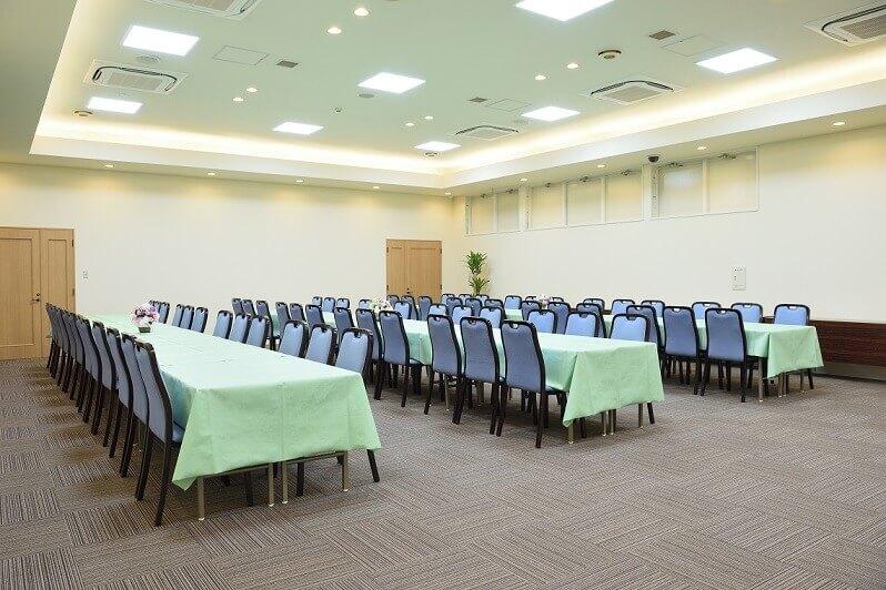 セラホール名取の会食場の内観。100名以上が着席して食事をすることができる