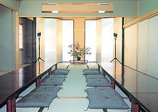 やすらぎ都民斎場の第二斎場の内観。約30畳の広さで主に家族葬に使用される。親族控え室や僧侶控室も完備している