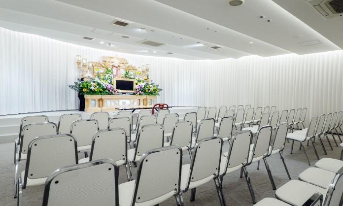 岡山典礼会館の葬儀式場の内観。100名以上の参列者を収容できる