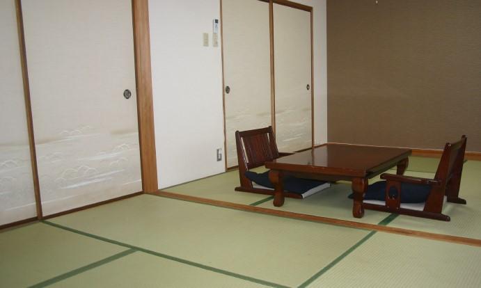 岡山典礼会館の親族控室の内観。畳敷きの和室