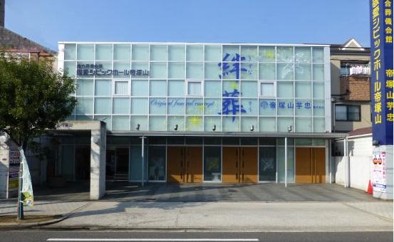 住吉大社でなじみのある大阪市住吉区にある葬儀会館敬愛シビックホール帝塚山の外観です。