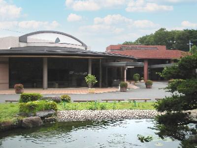 群馬県館林市にある公営斎場「館林市斎場」の外観写真