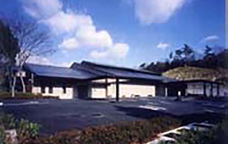 兵庫県三田市にある公営の火葬場・三田市聖苑の外観写真