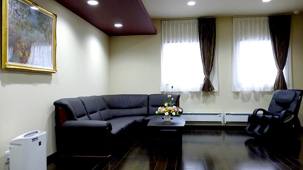 セレモニーホール鶴岡駅前の親族控室、大きな窓があり、明るい空間