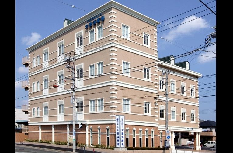 横須賀市舟倉にあるホテルのような民営斎場プラザヨコスカ久里浜斎場の外観です。