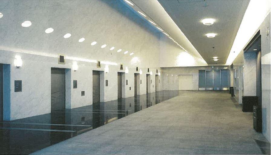 大阪市立鶴見斎場の火葬炉・炉前ホールの内観。8基分の火葬炉がある