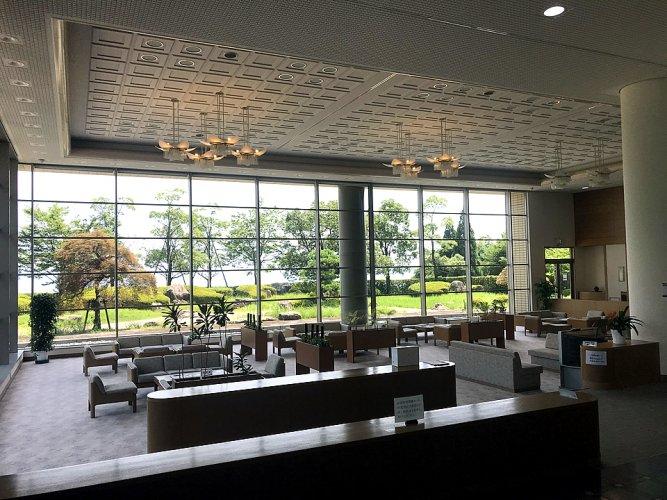 滋賀県大津市にある公営斎場「志賀聖苑」のロビーの内観写真