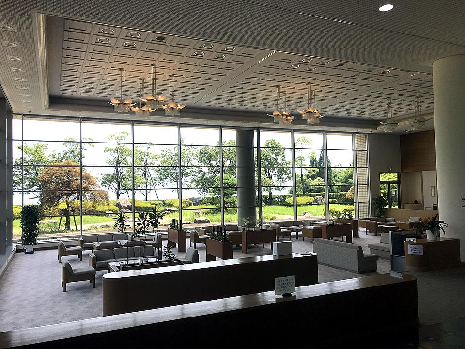 志賀聖苑の待合ホールの内観。明るく開放感のある空間