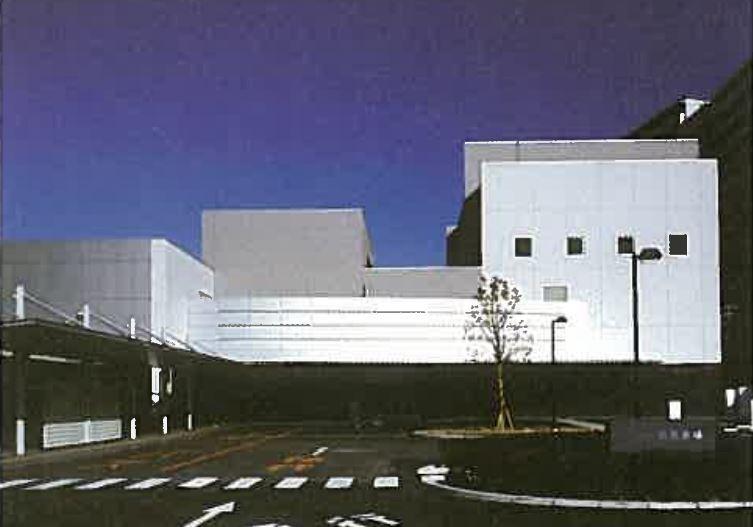 大阪市立鶴見斎場の外観写真。2006年に建て替えられた近代的な外観デザイン