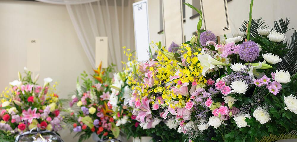 葬儀の際に葬儀場に送る供花のイメージ