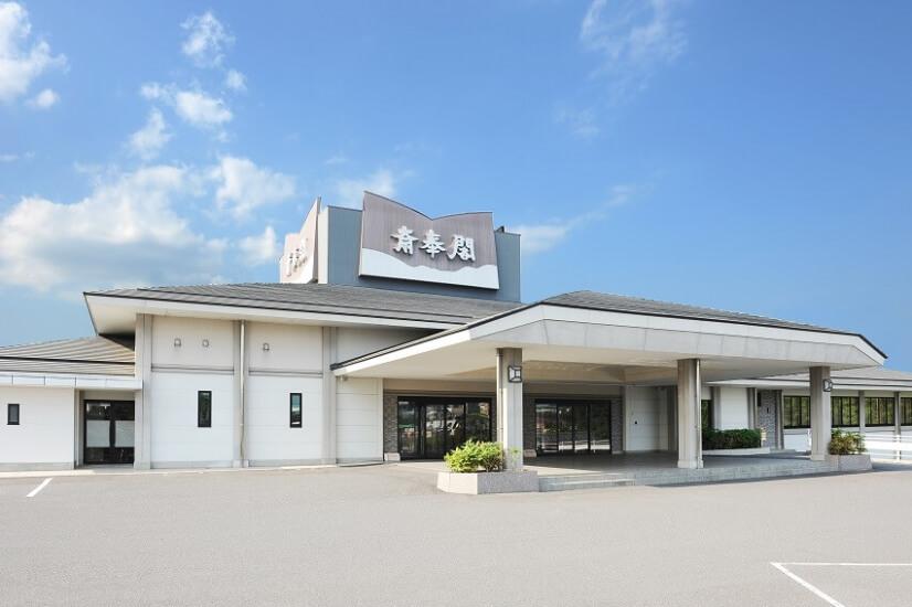 三重県名張市にある民営斎場名張斎奉閣の外観です。