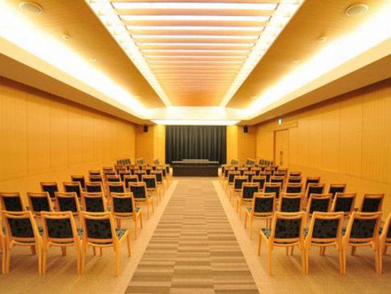厚木市斎場の葬儀式場の内観。94名の参列者に対応できる広さがある