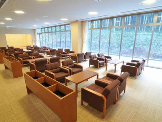厚木市斎場の待合ホールの内観。大勢が座れるソファ席で開放的な大きな窓に面している