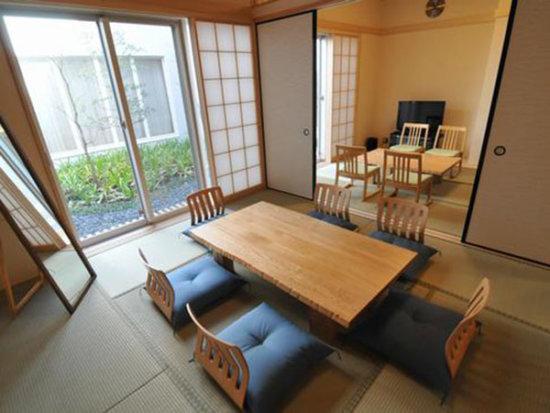 厚木市斎場の遺族待合室の内観。和室仕様テーブル・座椅子を完備している