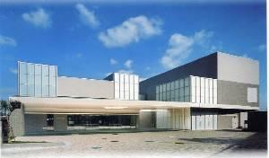 尼崎市弥生ヶ丘町にある、火葬場併設の公営斎場「尼崎市立弥生ケ丘斎場」の外観です。