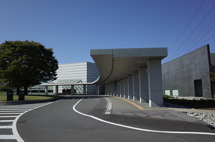 県央みずほ斎場の外観。埼玉県鴻巣市にある公営の火葬場・葬儀場