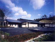 三田市下槻瀬にある公営火葬場「三田市聖苑」の外観です