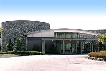 高松市香川町にある公営斎場「高松市やすらぎ苑」の外観です