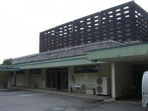 奈良市白毫寺町にある公営斎場「奈良市東山霊苑火葬場」の外観です
