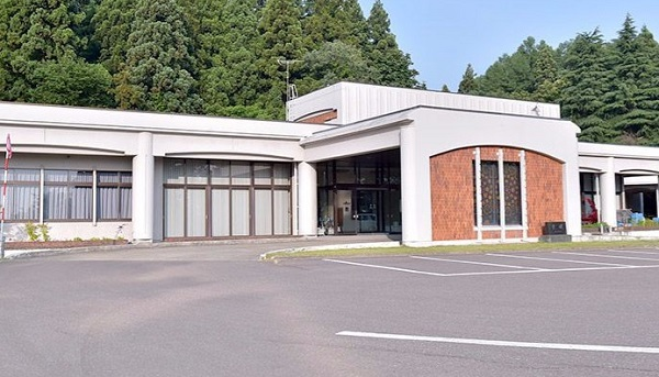 妙高市小出雲にある公営斎場「経塚斎場」の外観です