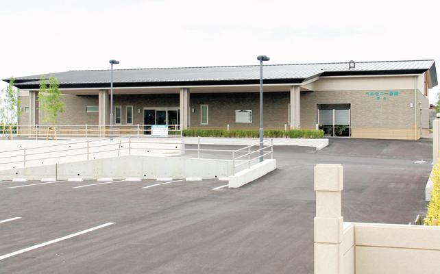 新居浜市萩生にある民営斎場「ベルモニー会館萩生」の外観です