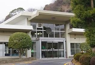 真岡市大谷新町にある公営斎場「御屋敷山斎場」の外観です