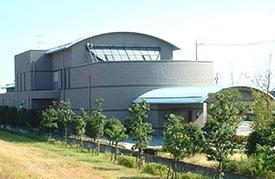 海部郡飛島村にある公営斎場「飛島聖苑」の外観です