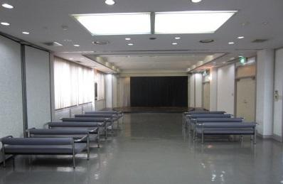 田尻町葬祭場の葬儀式場です。広々とした空間です。